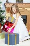 Princesa pequena com um presente pela árvore de Natal Fotografia de Stock