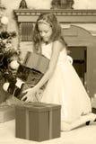 Princesa pequena com um presente pela árvore de Natal Fotos de Stock