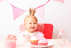 Princesa pequena feliz no partido cor-de-rosa Fotografia de Stock