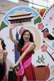 Princesa que acena de um flutuador imagens de stock royalty free