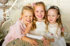 A princesa três pequena senta-se em torno da tabela Imagem de Stock