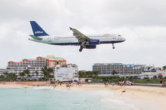PRINCESS JULIANA AIRPORT, ST MAARTEN - July 19, 2013: Airplane l Royalty Free Stock Photos