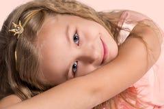 princess Stående av den gladlynta härliga lilla flickan Fotografering för Bildbyråer