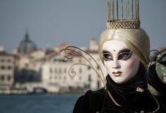 Princesse avec la couronne, les cheveux blondy et le masque vénitien pendant le carnaval de Venise Image stock