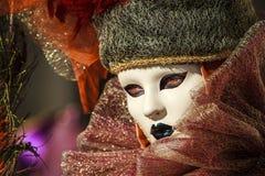 Princesse avec la couronne, les cheveux blondy et le masque vénitien pendant le carnaval de Venise Photos stock