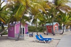 Princesse Cays, îles de Bahama 8 janvier 2019 Cabanes et chaises longues colorées en île tropicale photo libre de droits