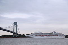 Princesse Cruise Ship de mer dans le port de New York pendant la princesse World Cruise 2013 Photos libres de droits