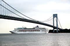 Princesse Cruise Ship de mer sous le pont de Verrazano pendant la princesse World Cruise 2013 Photo libre de droits