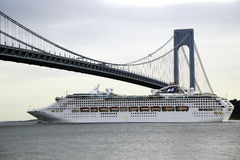 Princesse Cruise Ship de mer sous le pont de Verrazano pendant la princesse World Cruise 2013 Image libre de droits