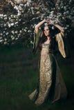 Princesse féerique Next de beau ressort à l'arbre de floraison photos stock