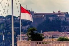 Principado de Mónaco: Prince& x27; palacio y bandera de s Fotos de archivo