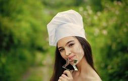 Principal cocina o cocinero Mujer en sombrero del cocinero el día de verano Fotografía de archivo libre de regalías