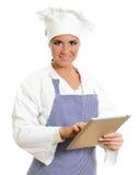 Principal cocinero sonriente con el ordenador de la tablilla. Foto de archivo