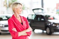 Principal de sexo femenino mayor del concesionario de coches Foto de archivo libre de regalías