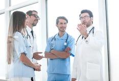 Principal docteur parlant avec le personnel hospitalier images libres de droits