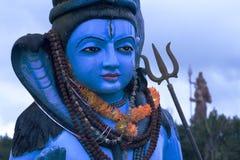 Principal e ombros de uma estátua colorida do deus hindu, Shiva que mostra o detalhe. fotografia de stock royalty free