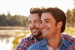 Principal e ombros disparados de pares alegres masculinos românticos Foto de Stock
