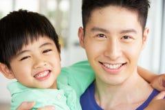Principal y hombros del padre y del hijo chinos Foto de archivo libre de regalías