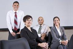 Principale équipe de bureau de femme d'affaires hispanique mûre Image stock
