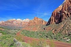 Principale cuvette de route le paysage et les montagnes colorés de Zion National Park, Etats-Unis Photographie stock libre de droits