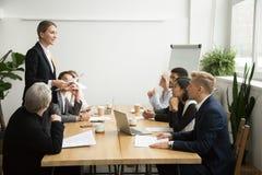Principale réunion d'équipe de patron femelle réussi parlant au multiraci Photos stock
