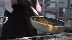 Principales manos que cocinan en sartén Forma de vida sana, comida de la dieta almacen de metraje de vídeo