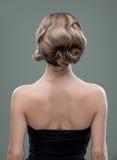 Principales y los hombros mueven hacia atrás imagen de un joven Fotos de archivo libres de regalías