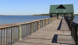 Principaux visiteurs de long quai en bois à l'extrémité, où ils peuvent pêcher dans l'eau calme Images libres de droits