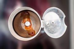 Principe de fonctionnement pratique d'un fabricant de caf? ? la maison ordinaire sur le fourneau pendant la pr?paration du caf? d images stock