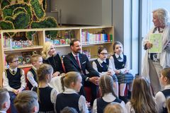 Principe ereditario Haakon, principessa di corona Mette-Marit del regno della riunione di Norvegia con i bambini alla biblioteca  immagine stock