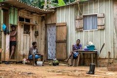 PRINCIPE/SÃO TOMÉ - 4 de janeiro de 2016 - 3 indivíduos africanos nativos Fotos de Stock Royalty Free