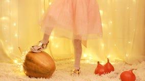 Principessa della ragazza del bambino nel vestito, nelle scarpe dorate che giocano con la zucca video d archivio