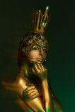Principessa Frog, con body art e la corona dorata fatta a mano originale immagine stock libera da diritti