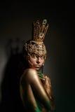Principessa Frog, con body art e la corona dorata fatta a mano originale fotografia stock