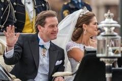Principessa Madeleine e Chris O'Neill guida in un trasporto sul modo a Riddarholmen dopo le loro nozze in Slottskyrkan Immagine Stock