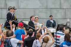 Principessa Madeleine e Chris O'Neill guida in un trasporto sul modo a Riddarholmen dopo le loro nozze in Slottskyrkan Immagini Stock Libere da Diritti