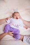 Principessa neonata negli sbadigli della corona Fotografia Stock