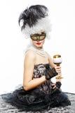 Principessa in un vestito nero con un bicchiere di vino. Immagini Stock Libere da Diritti