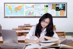 Principiante con capelli lunghi che studia nella classe Fotografie Stock Libere da Diritti
