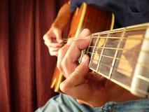 Principiante de la lección de la guitarra Foto de archivo