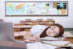 Principiante femminile annoiato che dorme nella classe Fotografia Stock