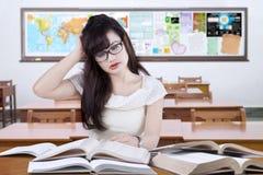 Principiante femminile stressante che studia nell'aula Fotografia Stock Libera da Diritti
