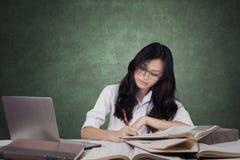 Principiante hermoso que hace tarea de la escuela en clase Imagen de archivo