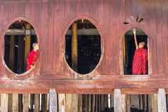 Principiante pequeno, Shwe Yan Pyay Monastery, Nyaung Shwe em Myanm imagens de stock royalty free