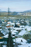 Principio del invierno, el pueblo debajo de la primera nieve en la neblina azul fotografía de archivo