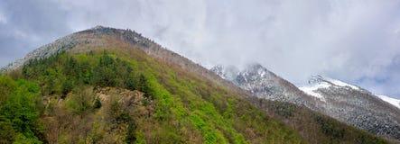 Principio del invierno en montañas imágenes de archivo libres de regalías