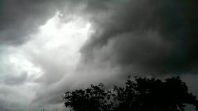 Principio del tornado con las nubes oscuras almacen de metraje de vídeo