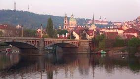 A principios de abril mañana en el puente de las melenas, Praga almacen de video