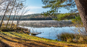 A principios de octubre mañana en el lago en el río Chalk Fotos de archivo