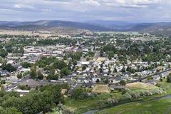 Prineville, Oregon de una loma al oeste foto de archivo